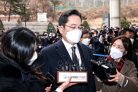 18日午後、ソウル高裁で開かれた破棄差し戻し審判決公判に向かう李在鎔サムスン電子副会長。 ウ・サンジョ記者 ウ・サンジョ記者