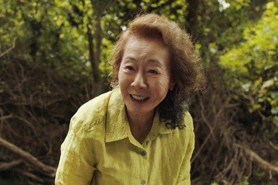 映画『ミナリ』で女優ユン・ヨジョンが演じた米国移民者家族の祖母スンジャ。[写真 パンシネマ]