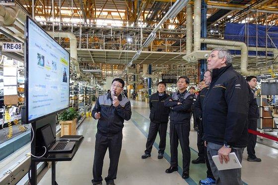 2019年2月に釜山工場を訪れ生産施設を点検したルノーグループのモゾス副会長。[写真 ルノーサムスン]