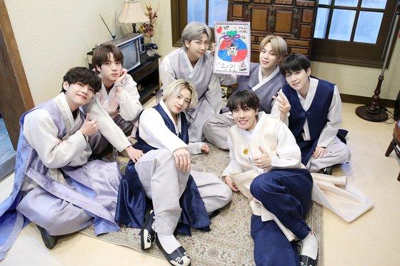 BTSの(左から)V、ジン、ジョングク、RM、J-HOPE、ジミン、SUGAが韓服姿で「メンバーたちの血と汗と涙が入った福袋がARMYの皆さんの心の中に訪れます。幸多い新年をお過ごしください」と挨拶を伝えている。[写真 BigHitエンターテインメント]