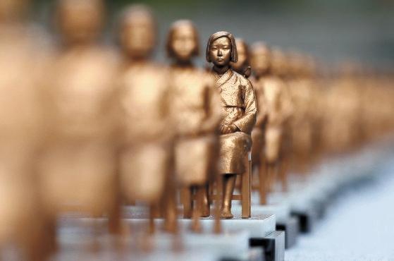 登録された慰安婦被害者のうち最高齢だったチョン・ボクスさんが12日、死去した。写真は2017年に清渓(チョンゲ)広場に展示された少女像。 キム・ギョンロク記者