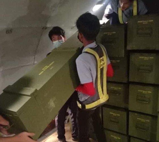 11日にミャンマーのネットユーザーの間で拡散した写真。中国の貨物機がヤンゴン空港に止まっている写真に続いてこの写真が拡散し、デモ隊は中国がミャンマー軍部を支援しているという疑惑を提起している。[ツイッター キャプチャー]