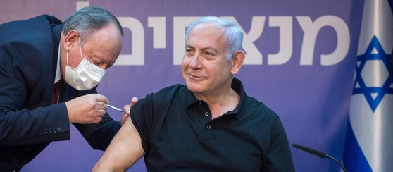 イスラエルのベンヤミン・ネタニヤフ首相が先月9日、テルアビブ市のシバ・メディカルセンターで新型肺炎ワクチンを打つ姿。ファイザー製ワクチンの2回目の接種だった。[中央フォト]