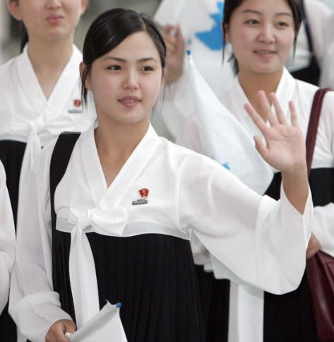 2005年9月5日、李雪主氏が仁川空港に出国しながら歓送する人々に手を振りながら挨拶している。[写真 聯合ニュース]