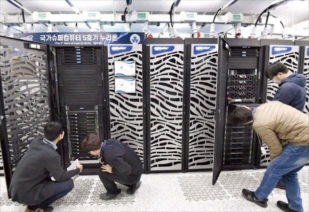 韓国科学技術情報研究院(KISTI)の職員が人工知能(AI)技術高度化に必須のスーパーコンピュータ「ヌリオン」の性能を点検している。キム・ヨンウ記者