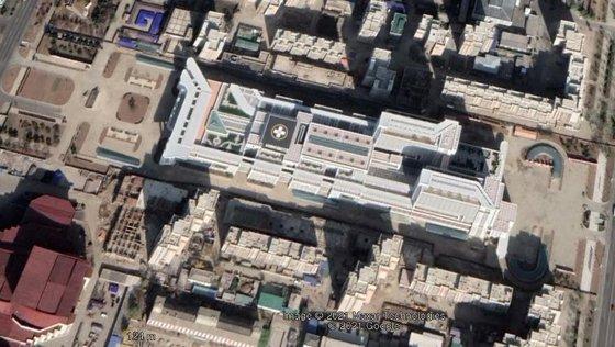 昨年11月に撮影されたグーグルアースの平壌総合病院の写真。工事に動員された装備と車両が撤収し、外壁塗装と周辺造園を終えたものと推定される。[写真 グーグルアース]