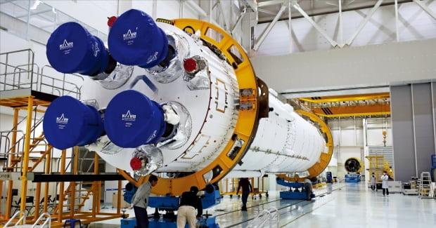 10月に空へ…全羅南道高興・羅老宇宙センター組立棟で韓国航空宇宙研究院の職員がヌリ号の組立作業をしている。[写真 韓国航空宇宙研究院]
