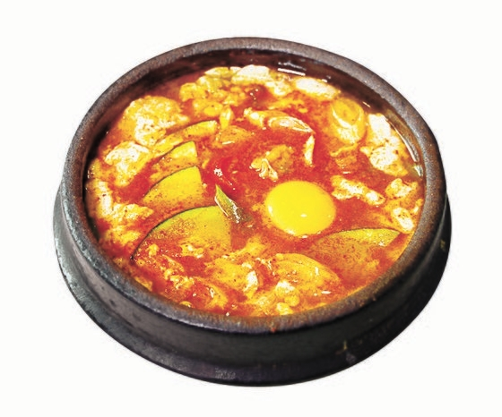 最近、日本では韓国式チキンやスンドゥブチゲなど韓国料理が人気だ。 [写真 成川彩]