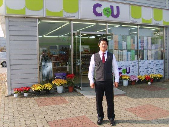 開城工業団地内のコンビニ前でポーズを取るBGFリテールのハン・ジフンさん。彼は北朝鮮唯一のコンビニ管理者だった。[写真 本人提供]