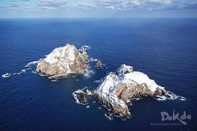 韓国外交部が公開した独島(ドクト、日本名・竹島)の冬の風景写真。 写真=外交部