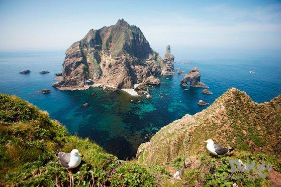 東島の頂上から眺めた西島の春の風景。[写真 外交部]