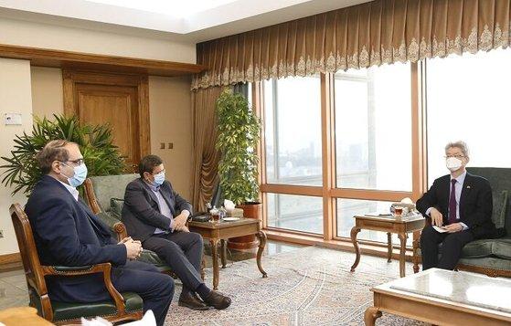 21日、韓国大使館で会談したユ・ジョンヒョン駐イラン大使とヘムマティ・イラン中央銀行総裁。 [写真 イラン政府]