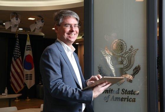 駐韓米国大使館の話題のSNSを担当するウィリアム・コールマン報道官。ウ・サンジョ記者