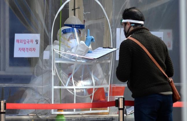 新型コロナウイルスの拡散が続く中、22日に大田市内の保健所の新型コロナウイルス選別診療所で医療陣が訪問した市民を忙しく検査している。[中央フォト]