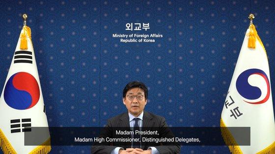 崔鍾文外交部第2次官は23日(現地時間)、第46回国連人権理事会高官級会議に韓国代表として参加し、北朝鮮の人権実状に対する直接的な批判や言及なしに「わが政府は北朝鮮の人権状況に対しても例外なく大きな関心と憂慮を持っている」という立場だけを明らかにした。[写真 外交部提供]