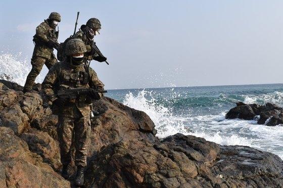 16日未明、江原道高城郡(カンウォンド・コソングン)陸軍第22師団地域の民間人統制線内で脱北男性の身柄が確保された。写真は海岸で捜索・警戒訓練をする陸軍初等措置部隊員。 写真=陸軍