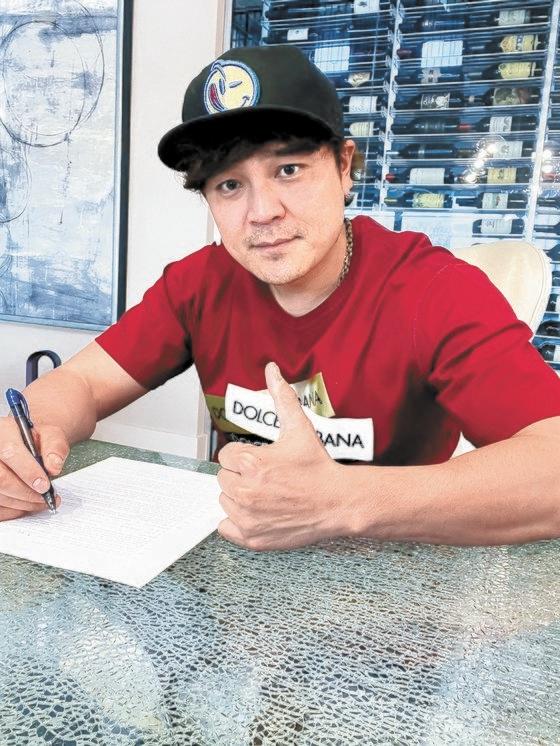 23日、新世界イーマート球団入団契約書にサインした秋信守(チュ・シンス)。[写真 新世界球団]