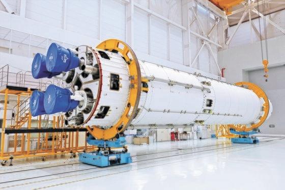 韓国航空宇宙研究院が製作したヌリ号第1段ロケットが燃焼試験を控えて全羅南道高興郡外羅老島(チョルラナムド・コフングン・ウェナロド)の羅老宇宙センター総合組立棟に保管されている。[写真 韓国航空宇宙研究院]