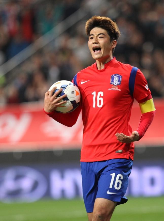 サッカーの奇誠庸(キ・ソンヨン)選手。中央フォト
