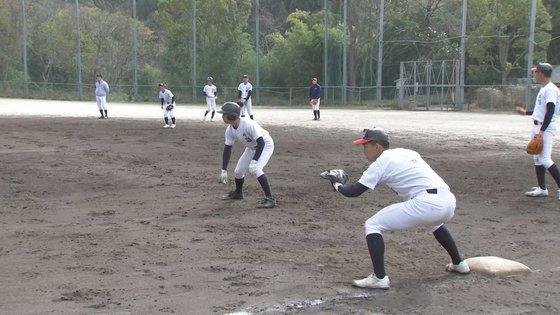 外野がない小さな運動場で野球の練習中である京都国際学校野球部の選手たち。山を削って作った狭い運動場には外野がほとんどない。ユン・ソルヨン特派員。