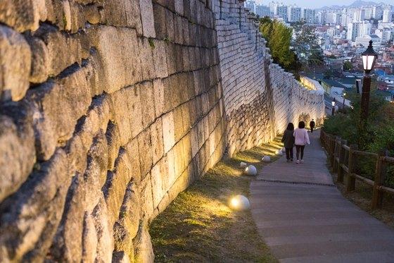 洛山城郭は景観の照明と街灯などの施設が整えられており、夜間にも徒歩観光を楽しみやすい場所だ。チェ・スンピョ記者