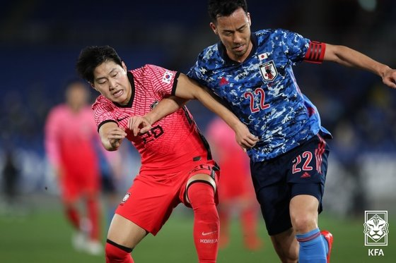 先月25日に開催された親善試合の韓日戦で競り合う李康仁(イ・ガンイン)と吉田麻也。 大韓サッカー協会