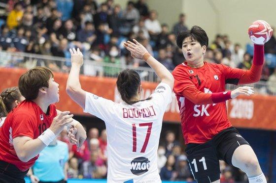 世界選手権大会グループリーグ第2戦でデンマーク代表と対戦する韓国代表。 [写真 世界ハンドボール連盟]