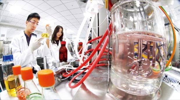 ワクチン・治療剤の核心原料であるバッチとレジンの不足で韓国のバイオ企業がパニック事態になった。あるバイオ企業の研究員が工程技術実験をしている。[韓経DB]