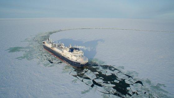 世界に先駆けて建造された砕氷LNG船が氷を割りながら運航している。[写真 大宇造船海洋]