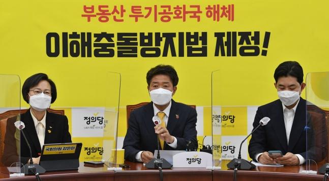 正義党の余永国代表が8日、汝矣島国会で開かれた代表団会議で与党圏のソウル・釜山市長選の惨敗について発言している。オ・ジョンテク記者