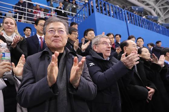 2018年2月10日、平昌冬季五輪女子アイスホッケーB組グループリーグ第1戦の南北合同-スイスの試合を観戦した。左から文大統領、トーマス・バッハIOC会長、北朝鮮の金永南(キム・ヨンナム)最高人民会議常任会長、金正恩(キム・ジョンウン)国務委員長の特使として訪韓した金与正(キム・ヨジョン)中央委員会第1副部長。 青瓦台提供
