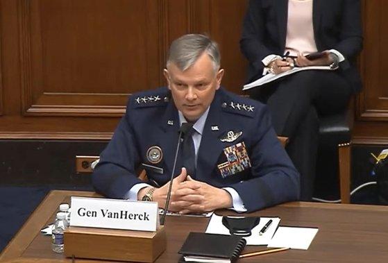 米北方軍のグレン・バンハーク司令官が14日(現地時間)、米下院軍事委の公聴会で「北朝鮮の発展したミサイル技術を懸念しながら見守っている」と述べた。 [米下院]