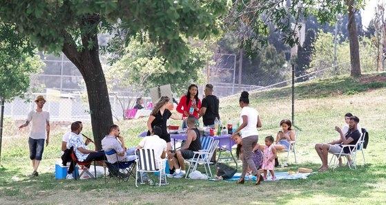 イスラエル市民が17日午後、休日を迎えて公園で家族と休息を取っている。イスラエル・テルアビブ=イム・ヒョンドン記者