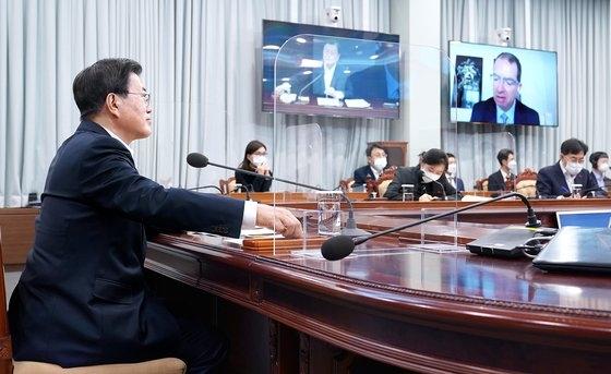 韓国の文在寅(ムン・ジェイン)大統領が昨年12月28日午後、青瓦台(チョンワデ、大統領府)与民館(執務室)映像会議室で、モデルナのステファン・バンセル最高経営責任者(CEO)とビデオ電話会談を行っている。[写真 青瓦台]