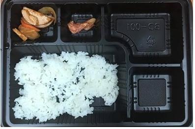 韓国で新型コロナウイルス感染症(新型肺炎)予防のために休暇から戻った後隔離されている兵士たちに粗末な食事が提供されているという暴露があった。軍人が隔離中に配られた弁当だとしてSNSに投稿した写真。[写真 フェイスブック「陸軍訓練所の代わりにお伝えします」
