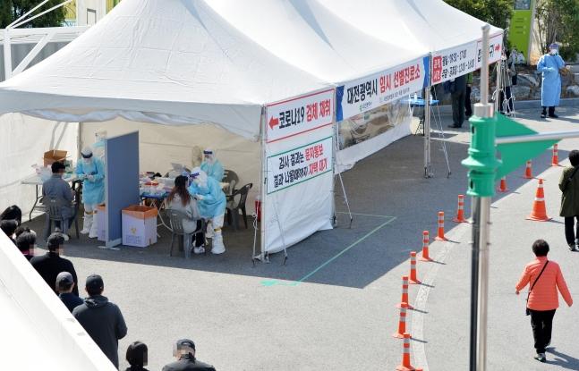 3月31日、大田(テジョン)ハンバッ体育館の前に用意された新型肺炎選別診療所で医療スタッフが市民を検査している。[中央フォト]