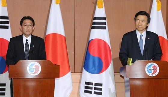 外交部の尹炳世(ユン・ビョンセ、右)と日本の岸田文雄外相が2015年に日本軍慰安婦問題解決に向けた会談後に合意内容を発表している。[中央フォト](中央日報日本語版)