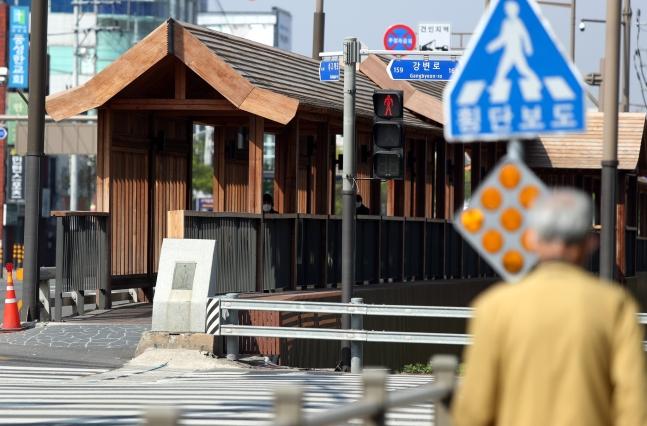 21日、全羅北道全州市完山区(チョルラブクド・チョンジュシ・ワンサング)にあるウリム橋を市民が歩いている。[写真 聯合ニュース]