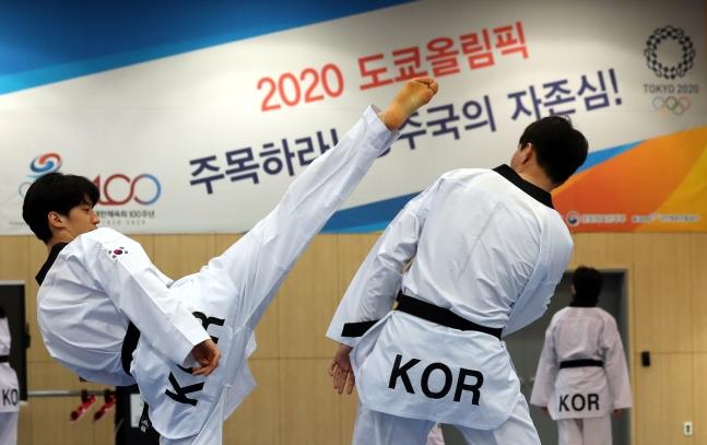 東京オリンピックを100日控えた14日、忠北鎮川(チュンブク・ジンチョン)国家代表選手村でテコンドー国家代表のイ・テフン(左)が同僚らと練習している。[中央フォト]