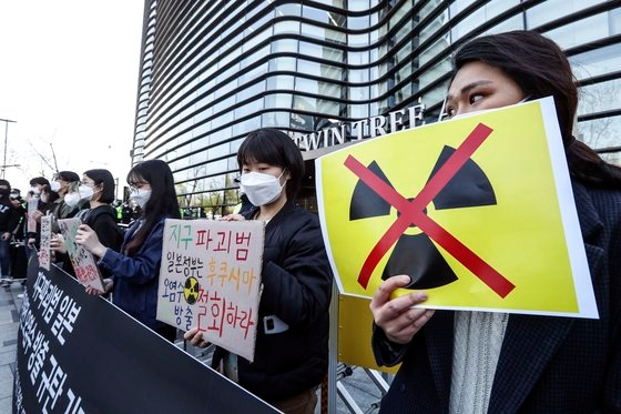 大学生気候行動のメンバーが14日午前、ソウル鍾路区(チョンノグ)の日本大使館が入っている建物前で日本政府の福島原発汚染水放出を糾弾する記者会見を開いている。キム・ソンニョン記者