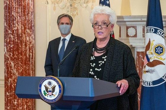 米国務省コロナワクチン調整官に任命されたゲイル・スミス元国際開発庁(USAID)処長が5日、ブリンケン国務長官が見守る中で発言している。 写真=米国務省提供