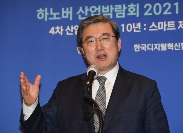 「ハノーバー産業見本市2021シンポジウム」が28日にソウルの韓国経済新聞社で開かれた。韓国デジタル革新協会の朱栄渉会長が主題発表をしている。シン・ギョンフン記者