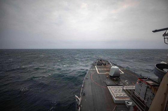 7日に米海軍の駆逐艦「マケイン」が台湾海峡内の国際水域を通過したと明らかにしながら関連写真を公開した。[写真 米太平洋艦隊]