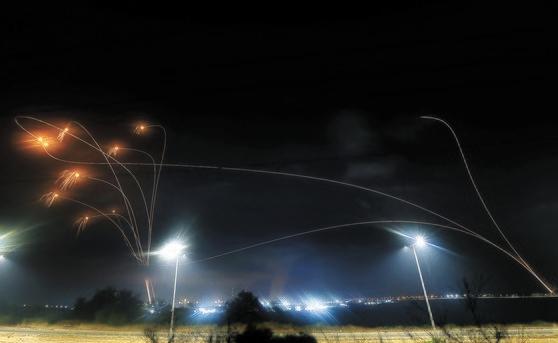 イスラエル「アイアンドーム」 ハマスのロケット弾を同時迎撃