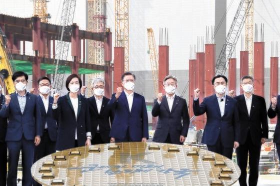 13日、「K半導体戦略報告」出席者と記念撮影をする文在寅(ムン・ジェイン)大統領(真ん中)。 [青瓦台写真記者団]