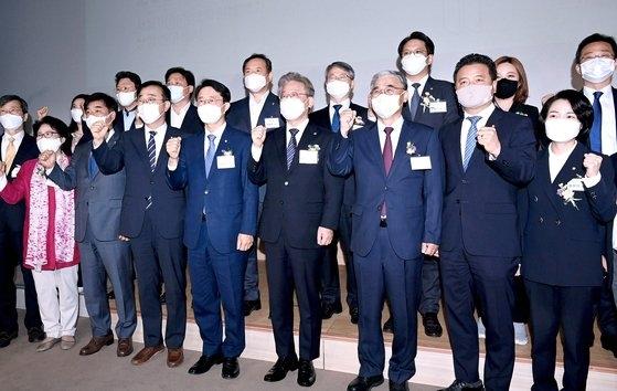 12日にソウルメディア大学院大学上岩研究センターで開かれた民主平和広場の設立式に李在明京畿道知事(前列右から4人目)と趙正シク議員(前列右側5人目)、李鍾ソク元統一部長官(前列右から3人目)らが参加し必勝を叫んでいる。趙正シク議員は李海チャン系に挙げられ、李元長官は盧武鉉政権で働いた。オ・ジョンテク記者