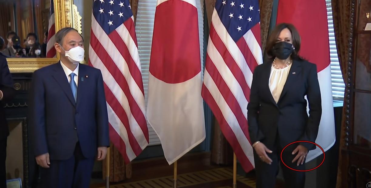 菅首相との会談後、ズボンに手を軽くこすって拭くハリス副大統領。[写真 ホワイトハウス YouTubeキャプチャー]
