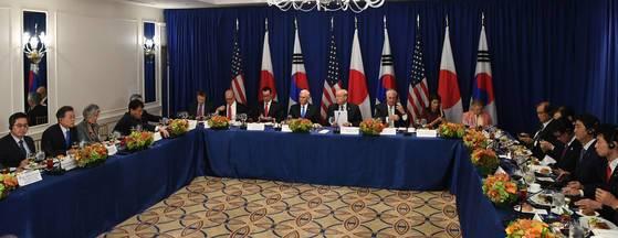 2017年9月、国連総会を契機に3カ国首脳の午餐会に参加した文在寅大統領やドナルド・トランプ米前大統領、安倍晋三前首相。[写真 青瓦台写真記者団]