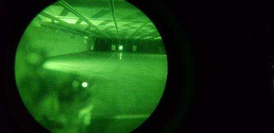 ウォリアープラットホーム装備を利用した夜間照準射撃。暗視鏡を通じて緑色の光線(レーザー)が見える。 [国防部記者団]