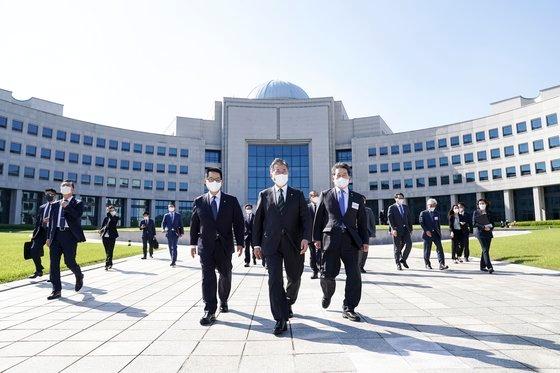 文在寅大統領が4日、国家情報院の改革成果報告会の出席のために国家情報院を訪問した。[写真 青瓦台]